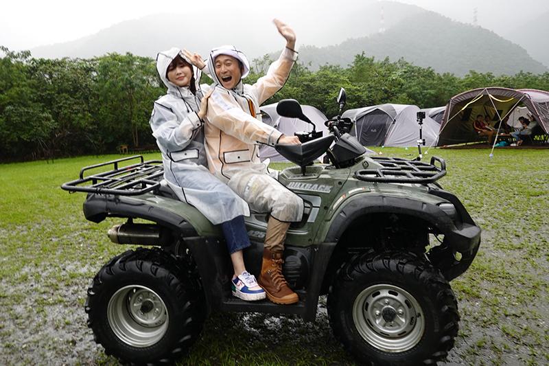 【車勢星聞】《綜藝新時代》藝人們又濕又冷淋雨搭帳棚、騎越野車。(圖:民視提供)