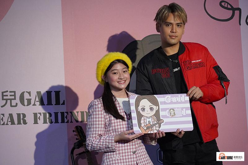 【車勢星聞】蓋兒Gail(左起)舉辦媒體見面會,陳零九送上專屬悠遊卡。