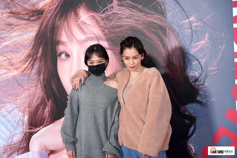 【車勢星聞】徐若瑄(右)帶大女兒現身觀賞王心凌台北小巨蛋演唱會。