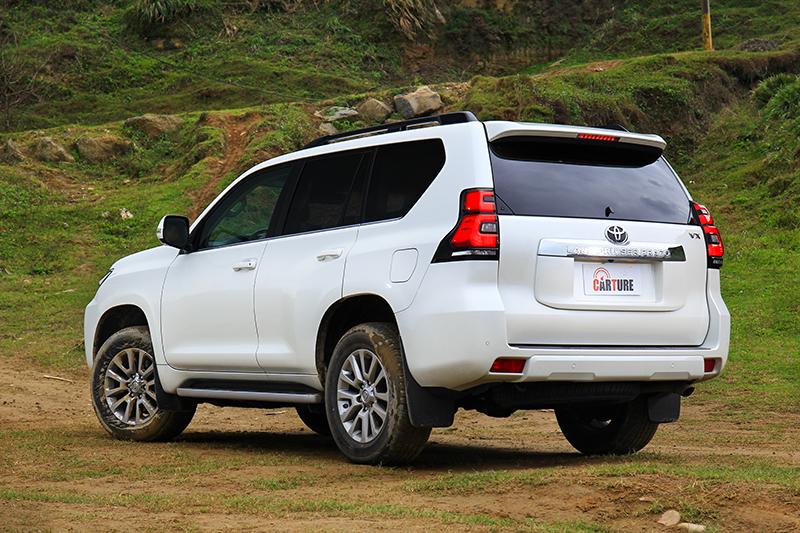 車尾以大面積後擋風玻璃與門板營造出車輛的穩定及大器感受