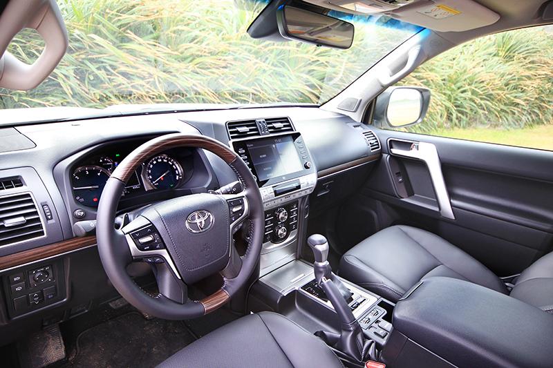 新年式車型在內裝上維持改款前鋪陳,不過細節處以霧銀及木紋飾板強化車艙的精緻度