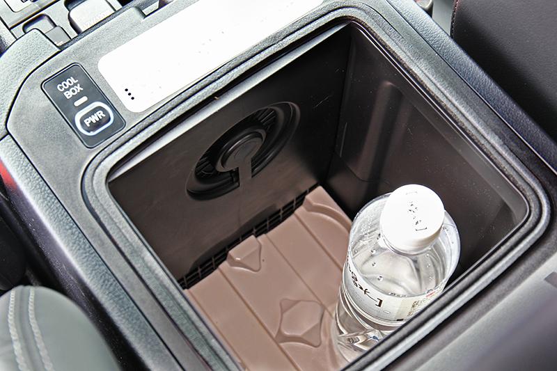 頂配的越野旗艦版中央扶手是一具小型冰櫃,夏天出遊相當實用
