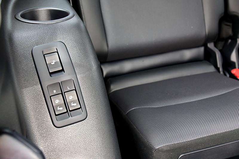 僅需按下座椅旁或尾廂側的操作按鍵,便能輕鬆將座椅翻起或傾倒