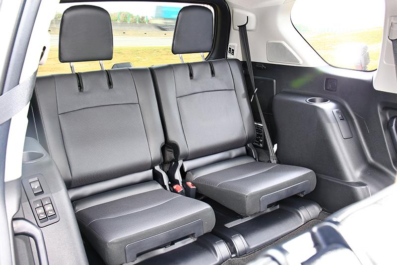 第三排座椅造型略顯單薄,不過乘坐兩位成人不成問題