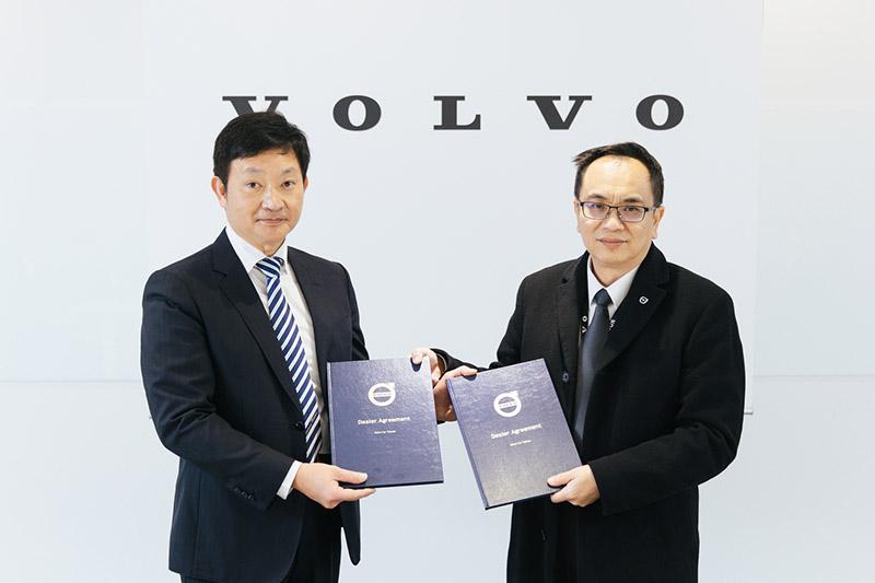 國際富豪汽車總裁陳立哲先生(右)代表歡迎匯勝汽車蔡奇峯董事長(左) 加入Volvo經銷體系,成為 Volvo汽車雲嘉南銷售服務生力軍。