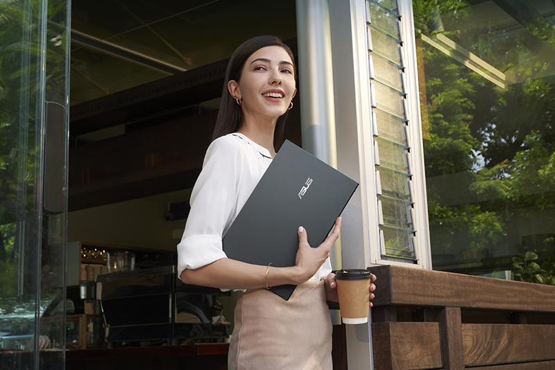 Asus ZenBook 14 Ultralight最高配備第11代Intel Core i7處理器與NVIDIA GeForce MX450獨立顯示卡,搭載ASUS智慧效能技術,高效運算無懈可擊;長達17 小時電池續航力,是高行動需求者的得力助手。(圖:華碩提供)