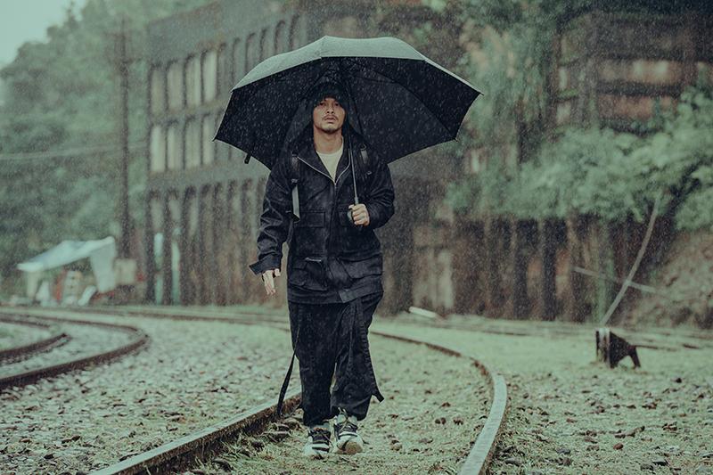 【車勢星聞】黃明志《笑著回家》也是夯曲《漂向北方》的2.0續集版,兩首歌是前後呼應。(圖:亞洲通文創提供)
