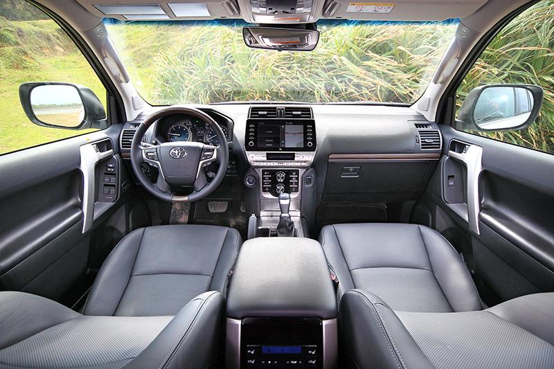 座艙不僅選用質材更細膩,集中於駕駛側的控制介面與寬闊的視野,也讓越野行駛時更無窒礙。