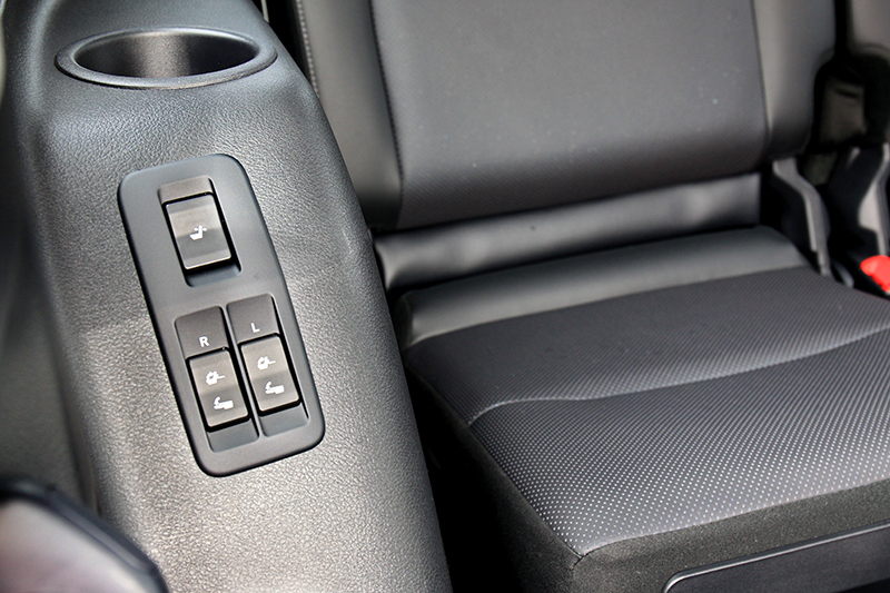 具保冷功能的大容積中央扶手置物區與第三排座椅電動調整收折功能,是高規越野旗艦版的專屬配置。