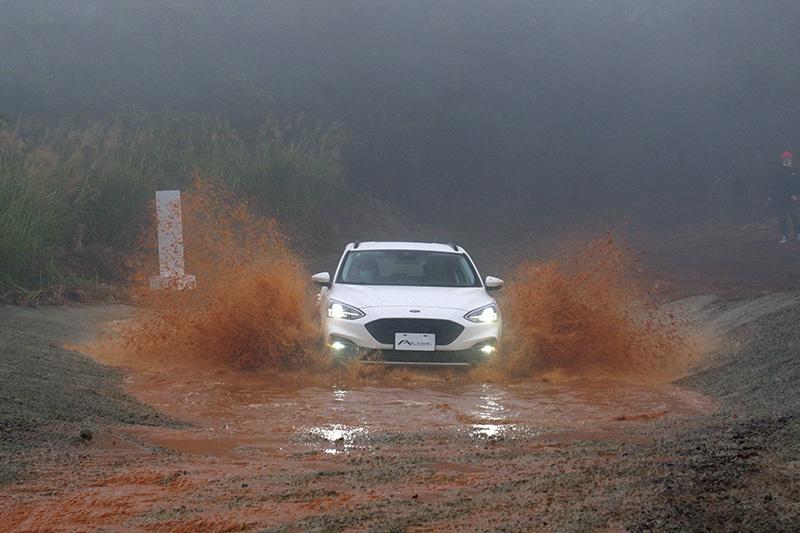 車商在安排前驅跨界車試駕時,讓媒體過水坑應該是首見。