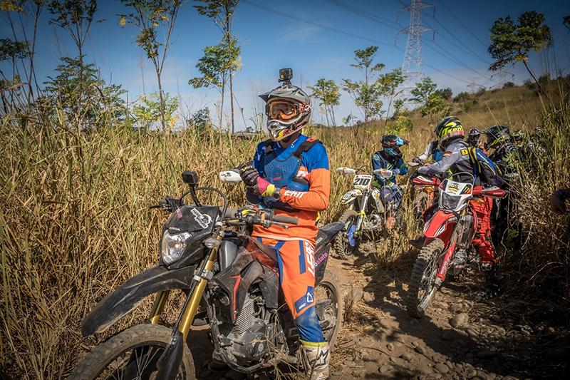 【車勢星聞】《世界第一等》主持人唐振剛,在體驗越野騎車時,讓人心驚膽跳。(圖:八大電視提供)