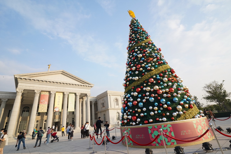 這次造訪台南正好是耶誕節前後,在奇美博物館設有巨型耶誕樹裝飾