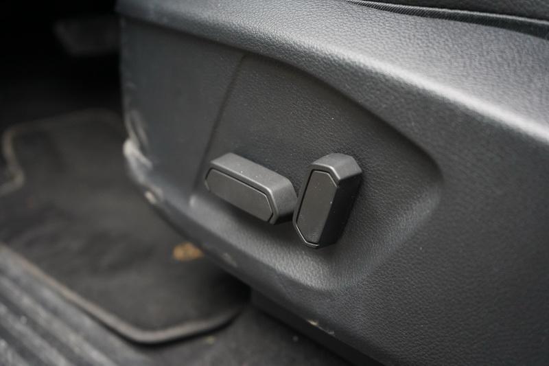 駕駛座8向電動座椅、雙區恆溫空調、ACC定速巡航、路邊停車輔助為運動型標準配備