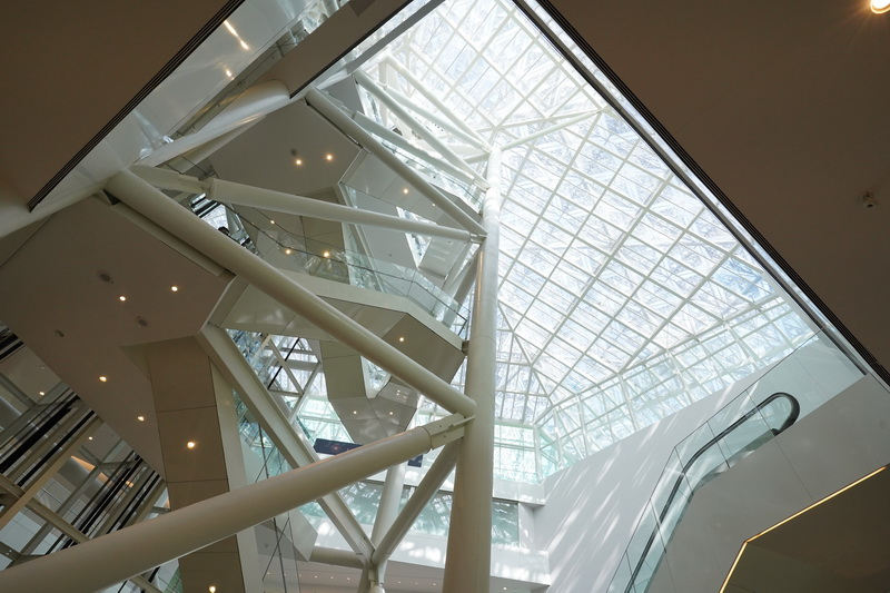陽光自玻璃屋頂灑落宛若穿透樹葉般的光影堆疊讓空間儼然成為一個巨型藝術創作