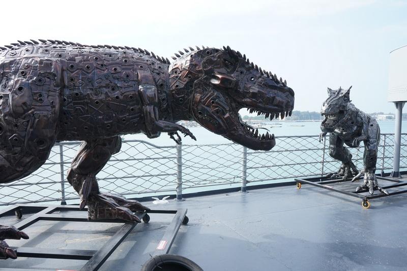 不僅有機器人作品還有鋼鐵恐龍等作品散落在船艦各處