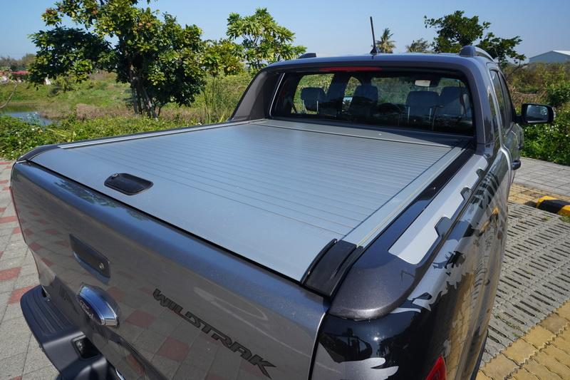 本次試駕車另外加選後斗鋁合金捲簾,不僅美觀還可防止雨水噴濺進置物空間