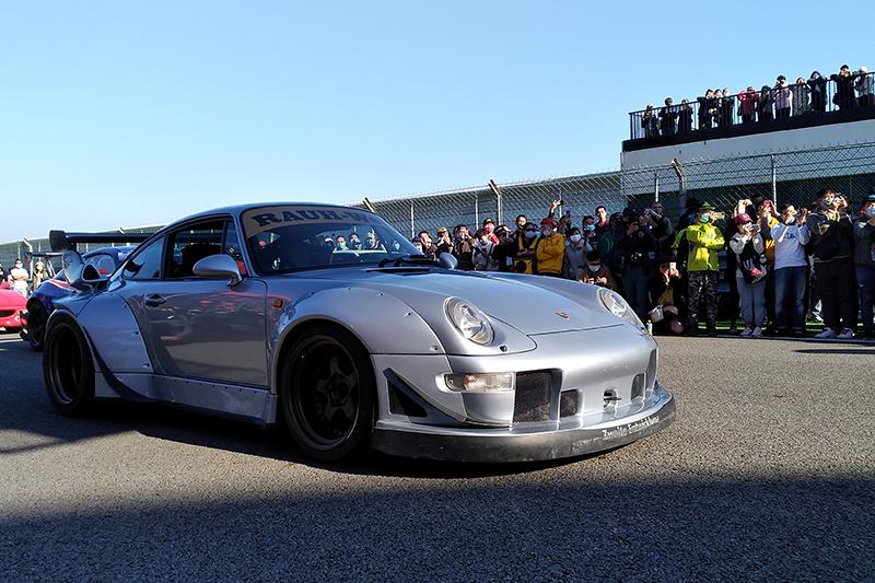 【車勢星聞】電影《叱咤風雲》在賽車場舉辦盛大首映會-Porsche 993 RWB。