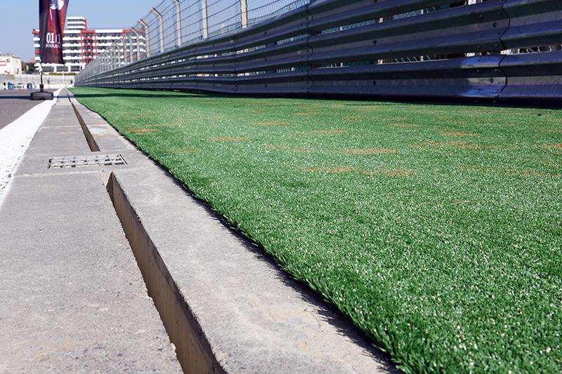 在賽道邊增加的人工草坪也是FIA認證過程中的改善工程之一。