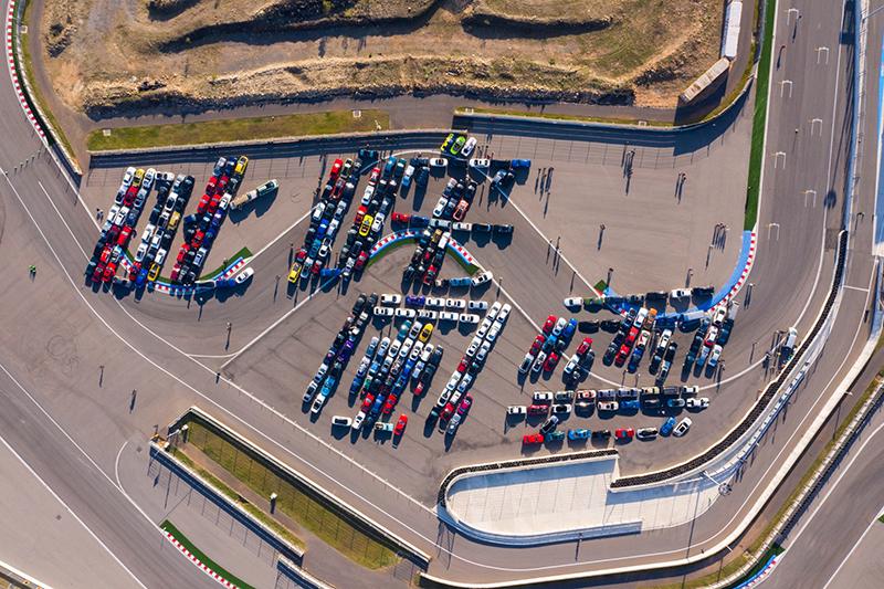 【車勢星聞】電影《叱咤風雲》舉辦盛大首映會,號召三百多台車輛排出『叱咤風雲』。(圖:創映電影、量能影業提供)
