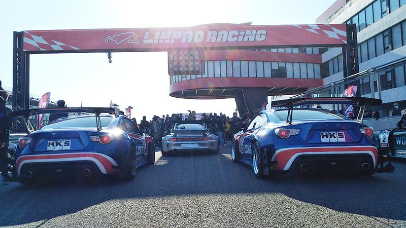 【車勢星聞】賽車電影《叱咤風雲》拍攝使用車輛包含Toyota 86廠車、Porsche 993 RWB、Toyota AE86在賽道上載著演員們帥氣出場。