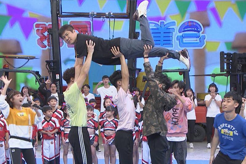 【車勢星聞】《綜藝大集合》主持人胡瓜要求男藝人挑戰啦啦隊動作。(圖:民視提供)