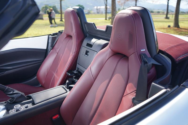 試駕車座椅及地毯採用2022年式才加入的酒韻紅配色