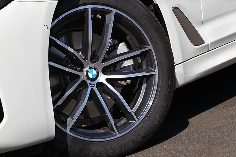 車型等級終究不同,所以520i M Sport輪圈規格為18吋。