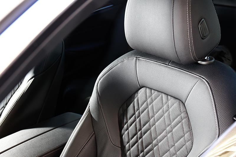 座椅採用Sensatec皮質菱格紋包覆。