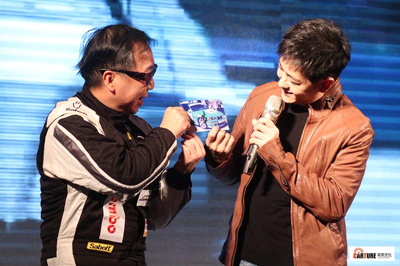 【車勢星聞】Brembo台灣汽機車總代理豐年俐企業有限公司黃明煜董事總經理(左起)秀出林志穎的賽車簽名照。