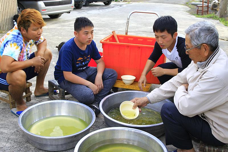 【車勢星聞】兒少節目《我家住海邊》 探尋台灣即將消失傳統漁法,蔡昌憲(右二)學「數魚歌」自曝歌唱自信被擊垮,連算數都成問題。(圖:公視提供)