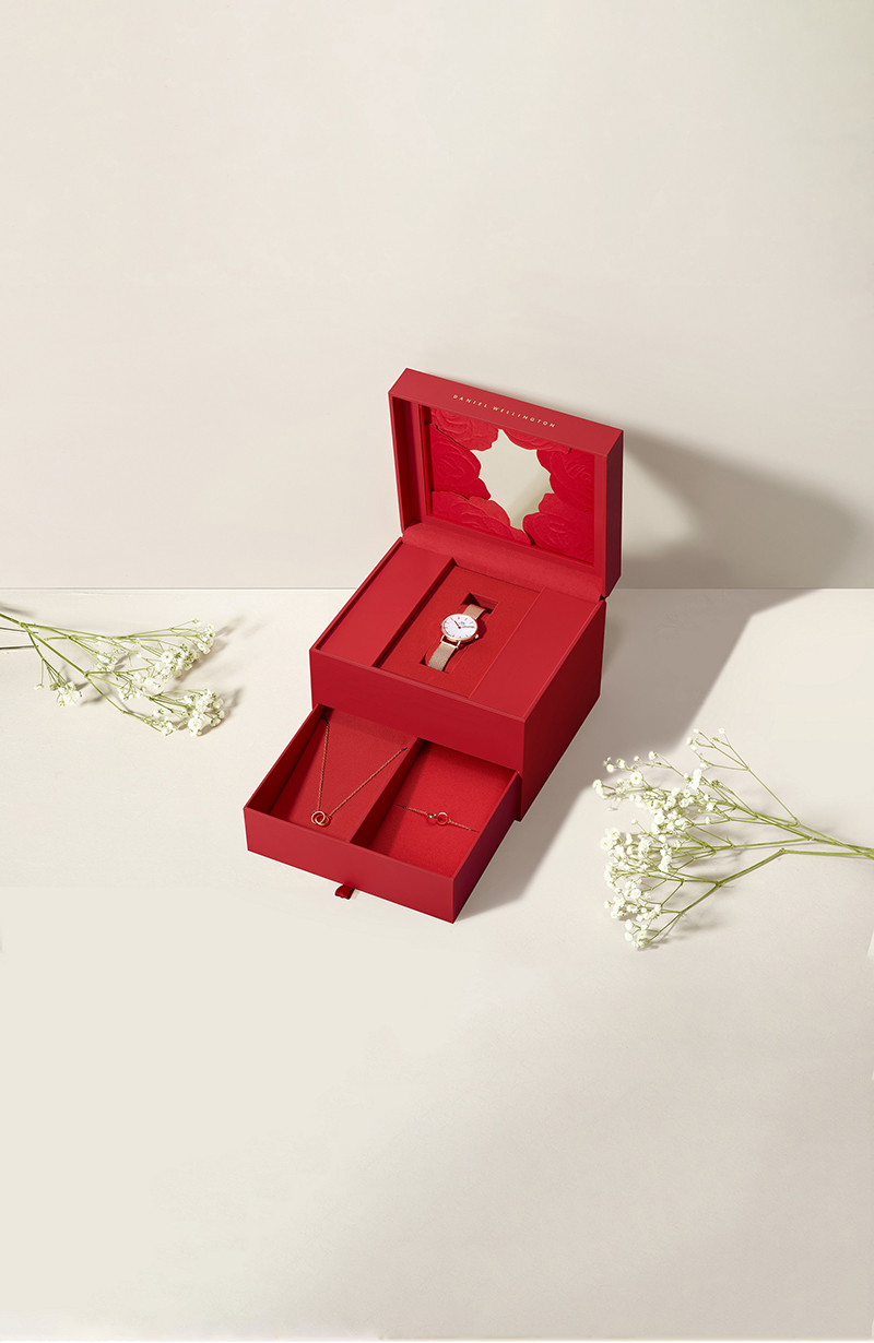 選購兩件組或三件組(門市限定),將有專屬DW3D立體紙雕紅玫瑰花禮盒限定包裝_三件組。(圖:品牌提供)