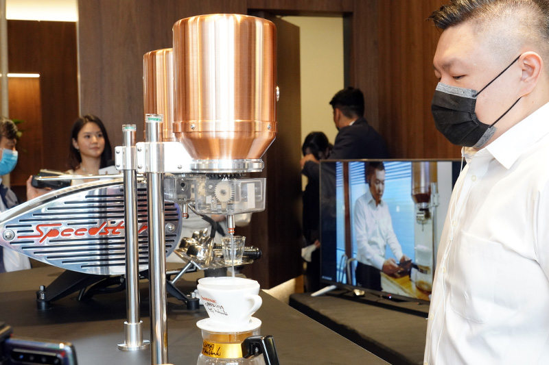 尚騰汽車集團領先導入世界第一台IoT「物聯網商用手沖咖啡機」的全球首次亮相,讓客戶不用遠赴國外即可透過雲端手法傳送和遠在日本的世界冠軍咖啡師溝通互動。