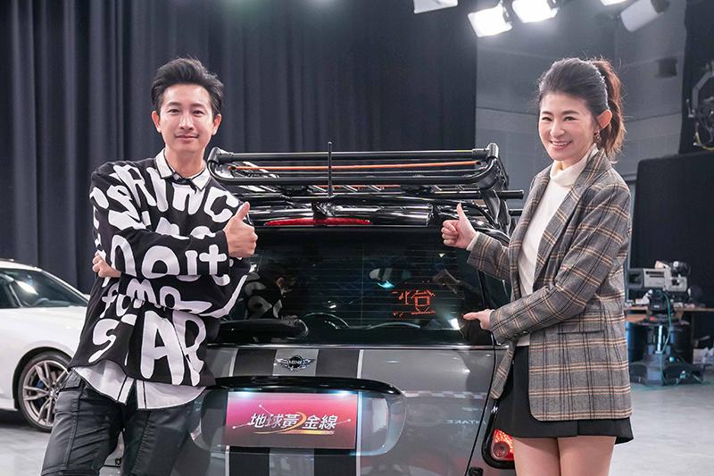【車勢星聞】Darren邱凱偉(左起)愛車裝Led指示燈,蘇宗怡:提醒「開大燈」方便又安全。(圖:TVBS提供)