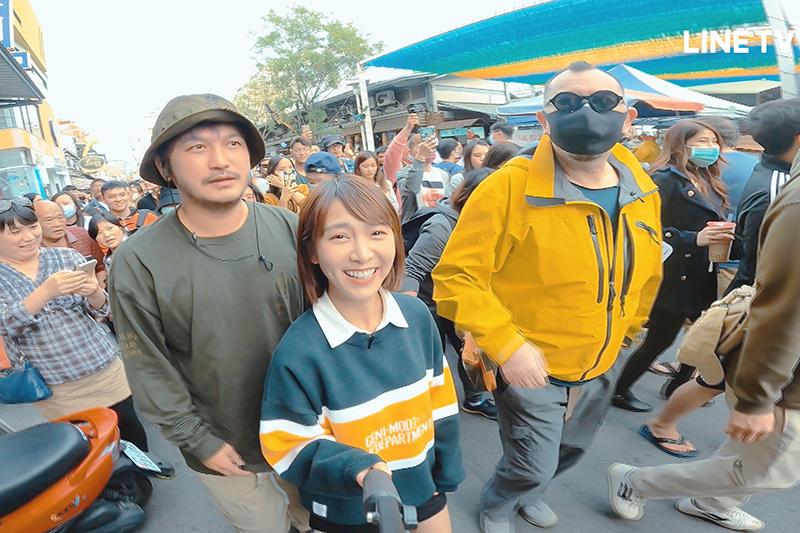 【車勢星聞】《開著餐車交朋友》一行人被熱情的台南人包圍。(圖:Line TV提供)