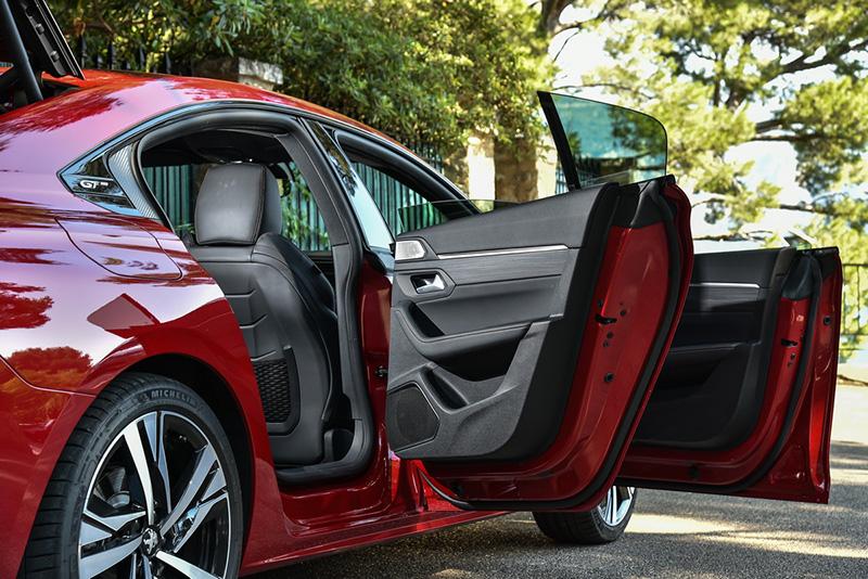 第二代Peugeot 508採用跑車常見的無窗框車門設計。