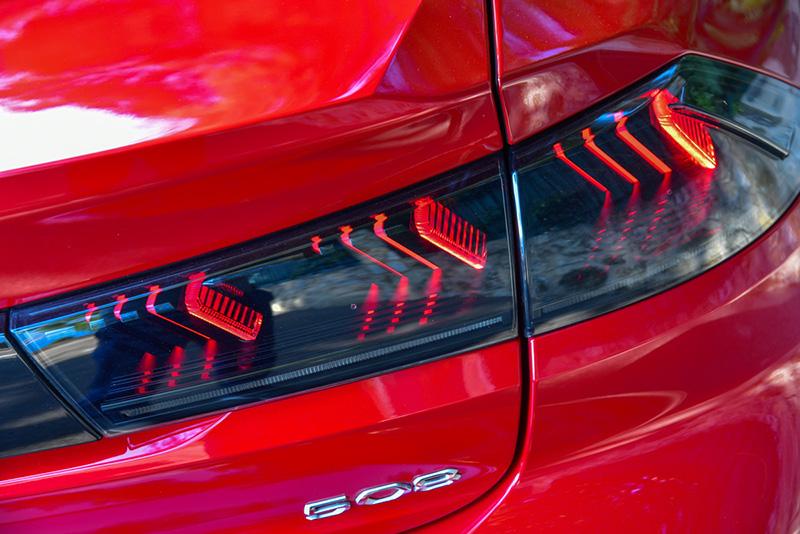 LED燻黑尾燈中爪痕燈條更立體深邃。