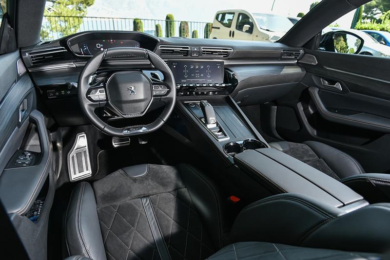 中控台採駕駛導向設計。