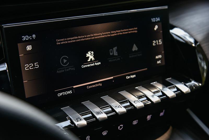 8 吋全彩觸控螢幕以獨立按鍵控制主要功能。