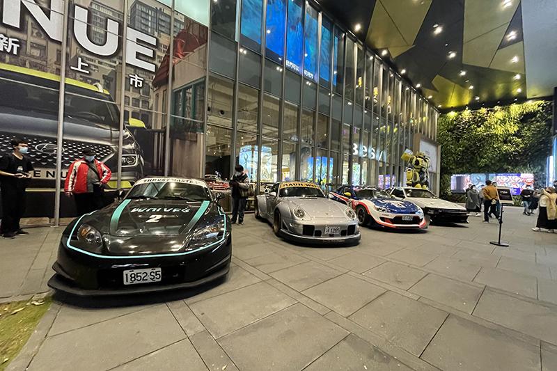 【車勢星聞】《叱咤風雲》S2000(左起)、Porsche 993 RWB、Toyota 86廠車、Toyota AE86現身台中會影迷。(圖:創映電影、量能影業提供)