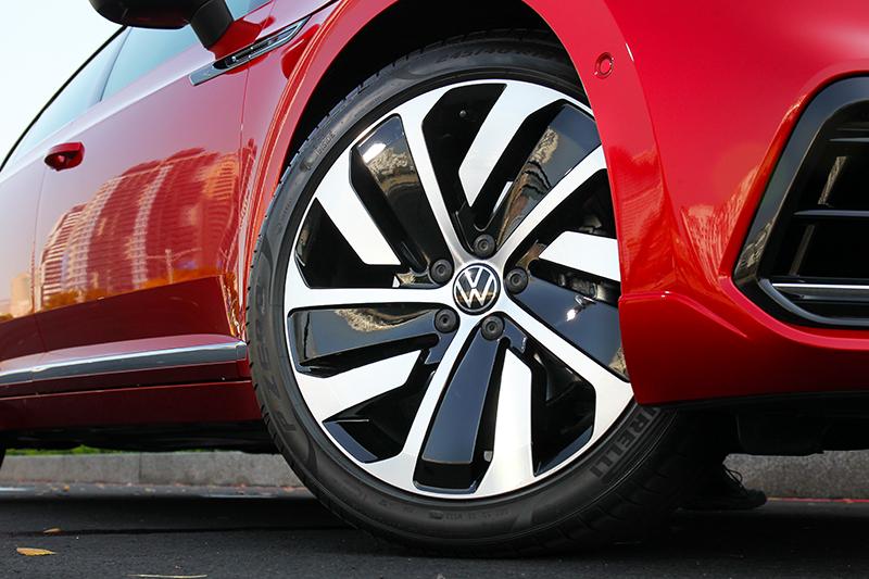 19吋輪圈在視覺與操控都帶來正面助益。