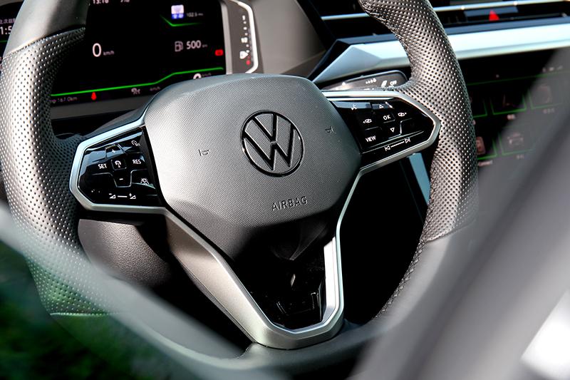 方向盤也換上最新造型,按鈕操作也採類觸觸設計。