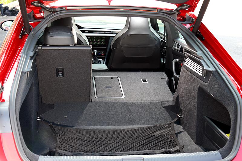誰說房車空間不出色,Arteon Fastback就擁有563~1557公升置物空間。