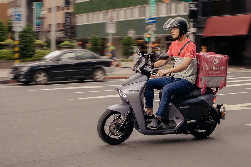 【車勢星聞】公視賀歲片《白日夢外送王》中,禾浩辰首度擔綱餐點外送員,還有騎車在街上穿梭奔馳的戲碼。(圖:公視提供)