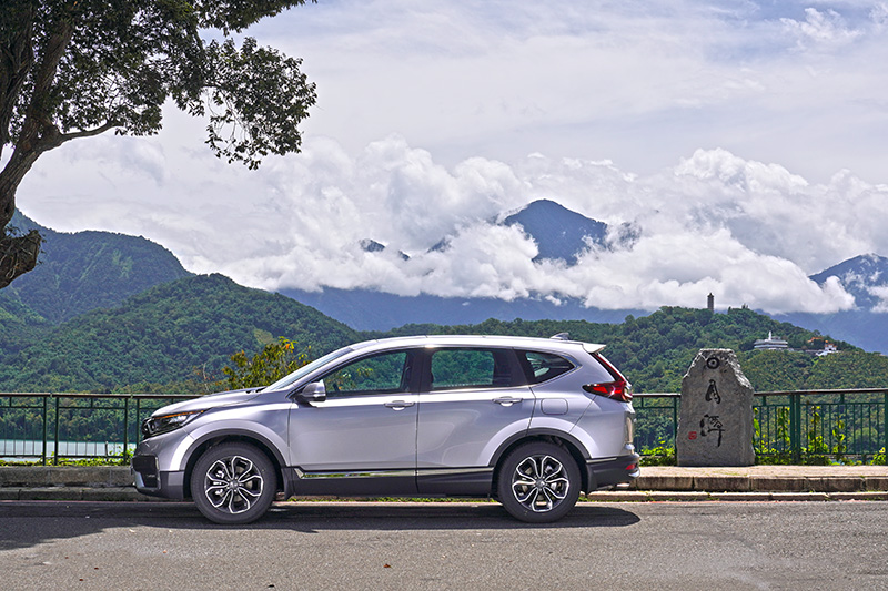 像是CR-V或KUGA這種標準尺碼SUV擁有更寬裕的空間,但缺點就是直逼百萬甚至超越不少。