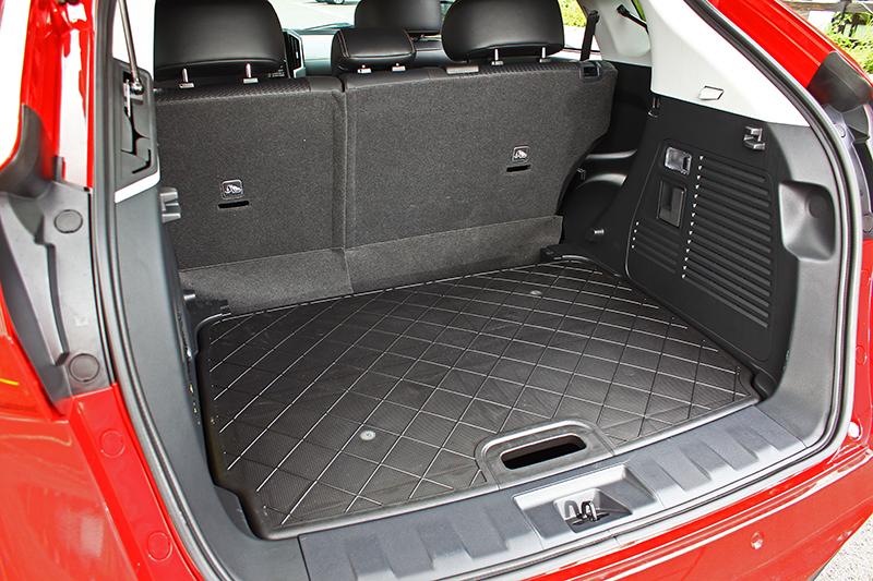 後座6/4分離椅背設計可利用One Touch一鍵翻倒,行李廂裝載大型物件省時又省力。
