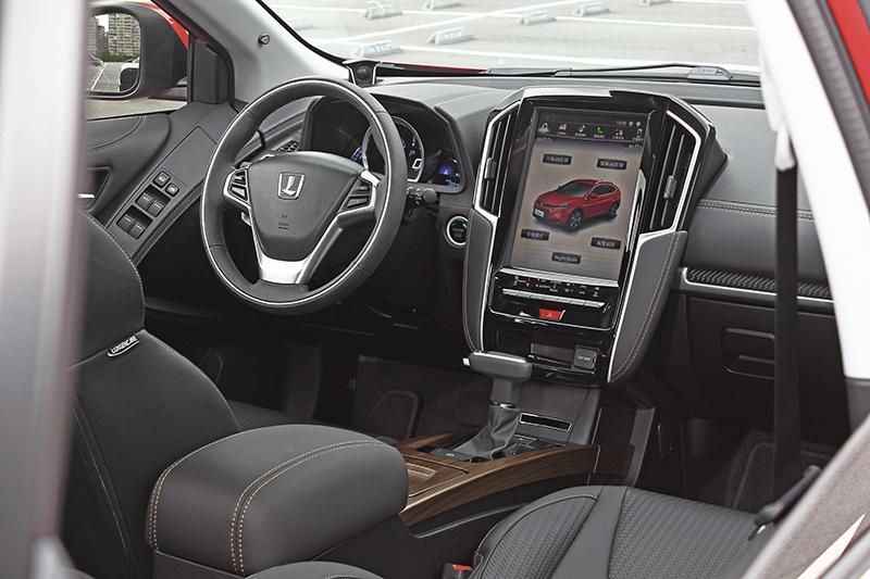 奠基於品牌所強調的智慧科技,12吋直立式多功能觸控螢幕、行車AR影像、APA智駕輔助停車、開門防撞系統、BSD盲點偵測以及RCTA後方車側警示等享樂與安全配備一樣不缺。