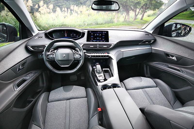 第二代PEUGEOT i-Cockpit®座艙,用料與質感甚至打趴一堆兩百萬元以上所謂豪華車款。