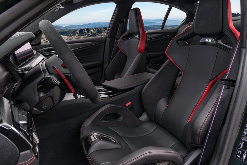 雙前座椅為碳纖維材質。