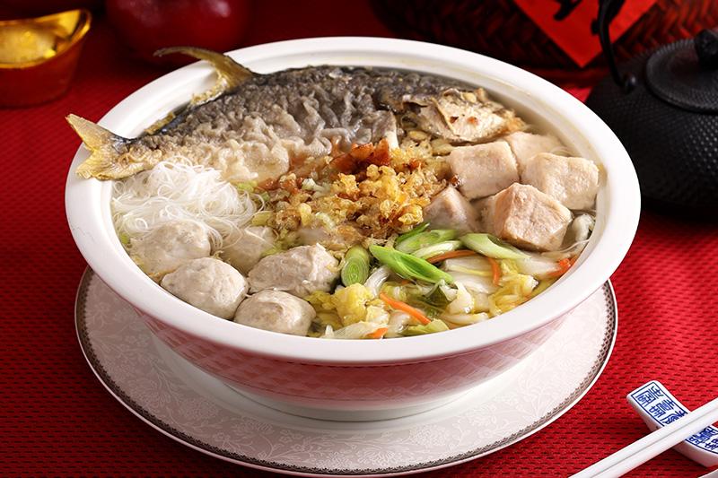 台菜王子黃景龍捐贈全家便利商店販售的「富貴金鯧香芋炊粉」冷凍年菜給「恩加貧困家庭協會」,共計50份,每份市價888元。