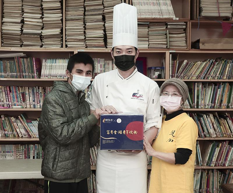 台菜王子黃景龍(中)親送50份「富貴金鯧香芋炊粉」給「社團法人台北市恩加貧困家庭協會」。